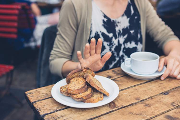 麸质饮食的妇女拒绝面包。