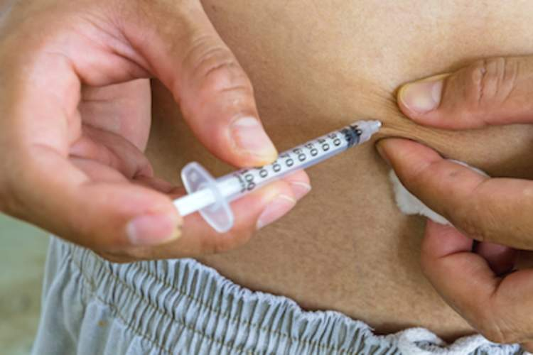 A man injecting insulin for type 2 diabetes.