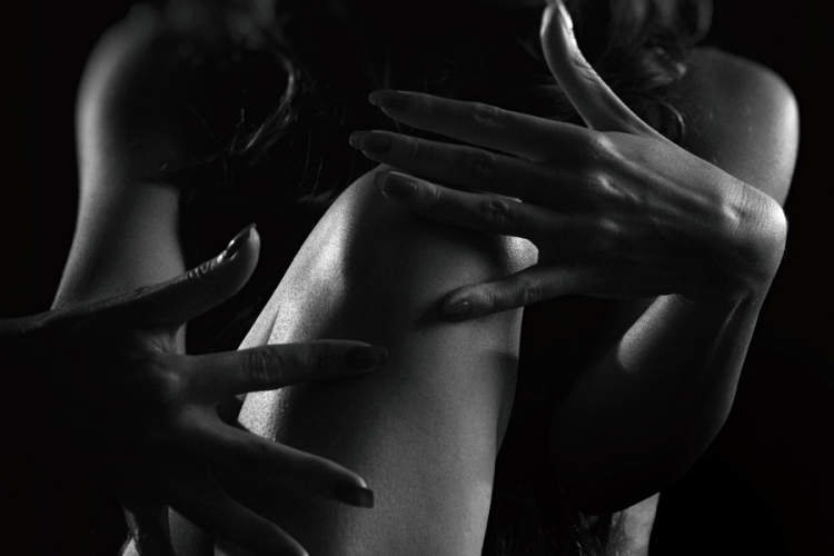 打手势膝盖的妇女黑白照片