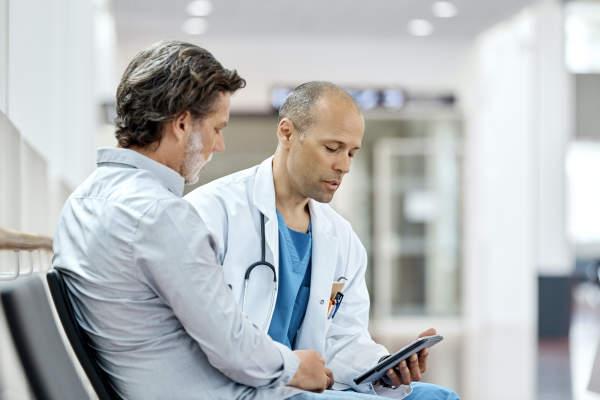 男子与医生谈话