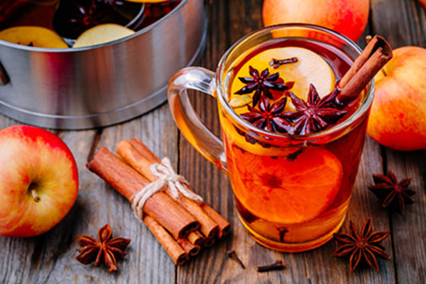 Mulled apple cider with cinnamon and cloves.