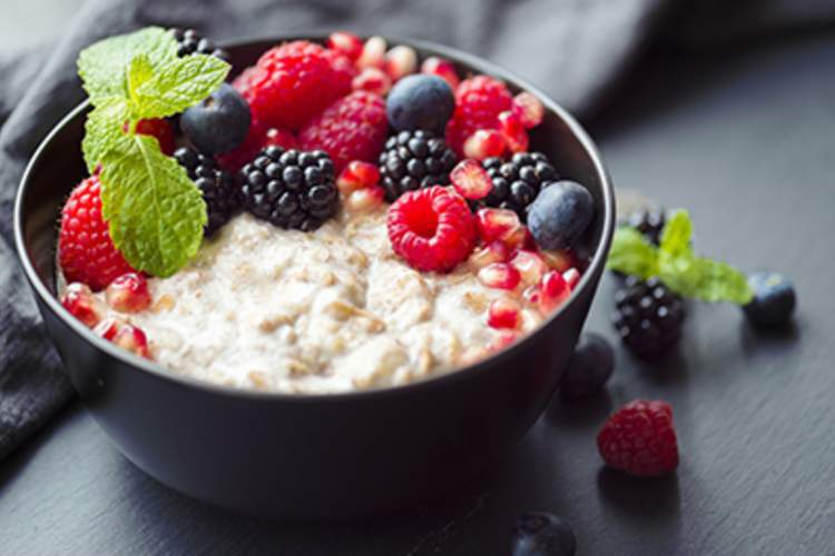A bowl of oatmeal with fresh berries is a healthy option for a diabetes diet.