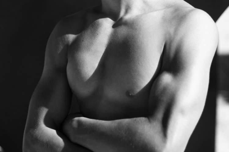 男人胸部的黑白图像