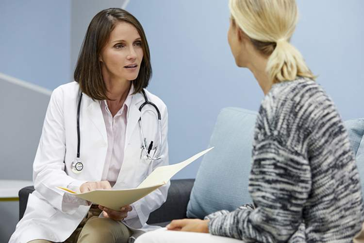 Woman asking her doctor about seronagative rheumatoid arthritis.