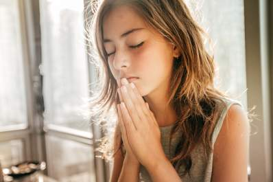 Teen girl praying.
