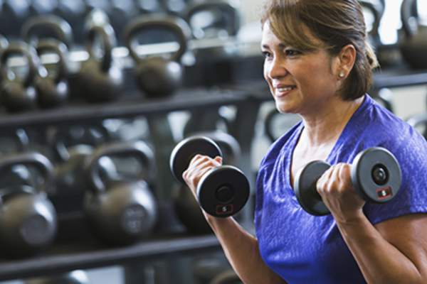 Woman working with weights at the gym.