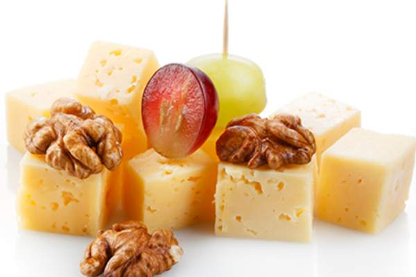 Healthy snack of cheese, walnuts and grapes.