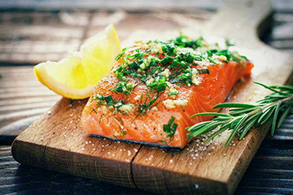 Salmon fillet with a lemon wedge for a low histamine diet.