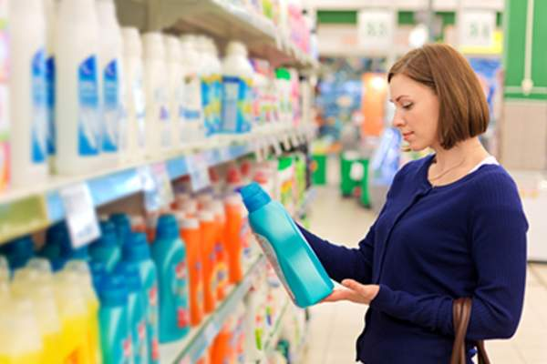 Woman shopping for laundry detergent.