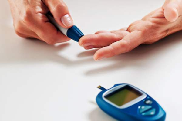 Testing blood sugar with glucometer