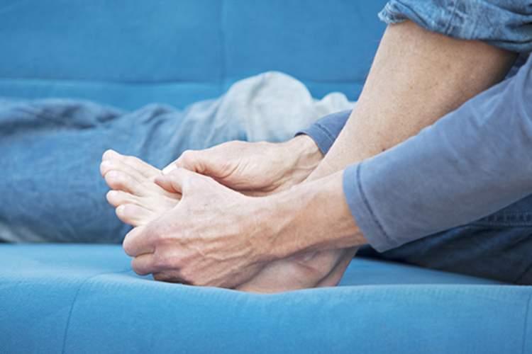 男人抓着他的脚。