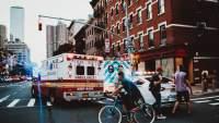 城市街道的救护车