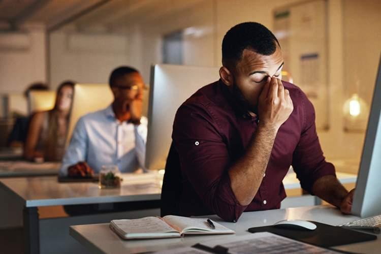 患有慢性疲劳综合症的人在电脑前工作。