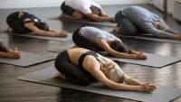 瑜伽课上的巴拉萨纳式