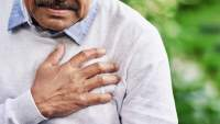 老年男子胸痛。
