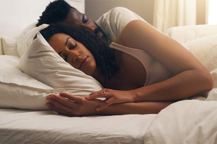 夫妻睡觉。