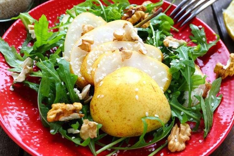 Salad of arugula with pear and lemon sauce