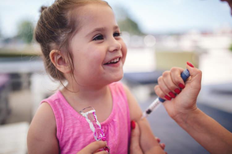 母亲给幼童注射胰岛素