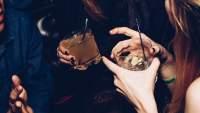 女性喝鸡尾酒