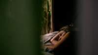 隔着窗帘睡觉的女人