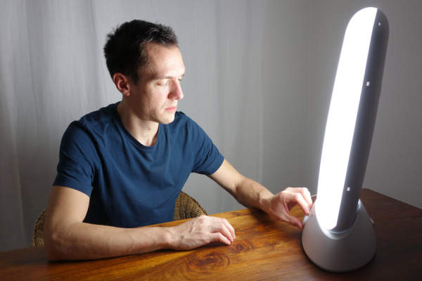 Adjusting your daylight lamp for light therapy.