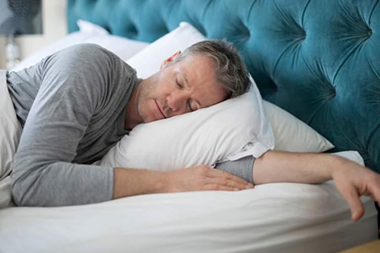 一个安详地睡觉的中年男子。