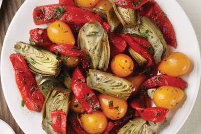 Pepper, tomato, and artichoke salad is a good dish for a diabetes diet.