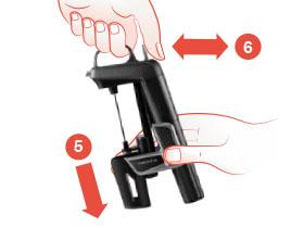 Schéma qui montre des mains qui font glisser les pinces vers le bas et qui appuient sur la gâchette du système de préservation du vin Model Two, puis la relâchent