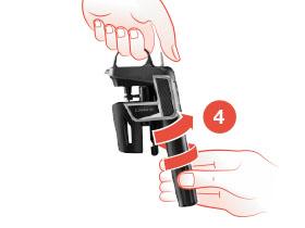 Schéma qui montre une main en train de visser le compartiment à capsules sur le système de préservation du vin Coravin Model Two