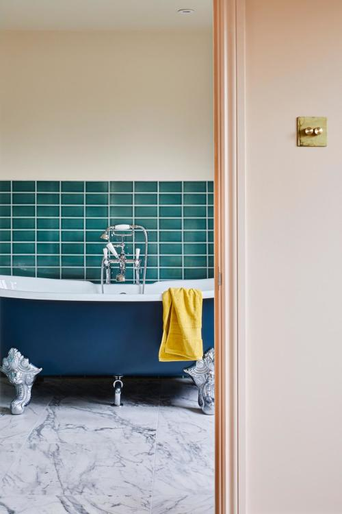 Ensuite bathroom in North London, near Crouch End, Highgate and Islington. Part of a loft conversion.