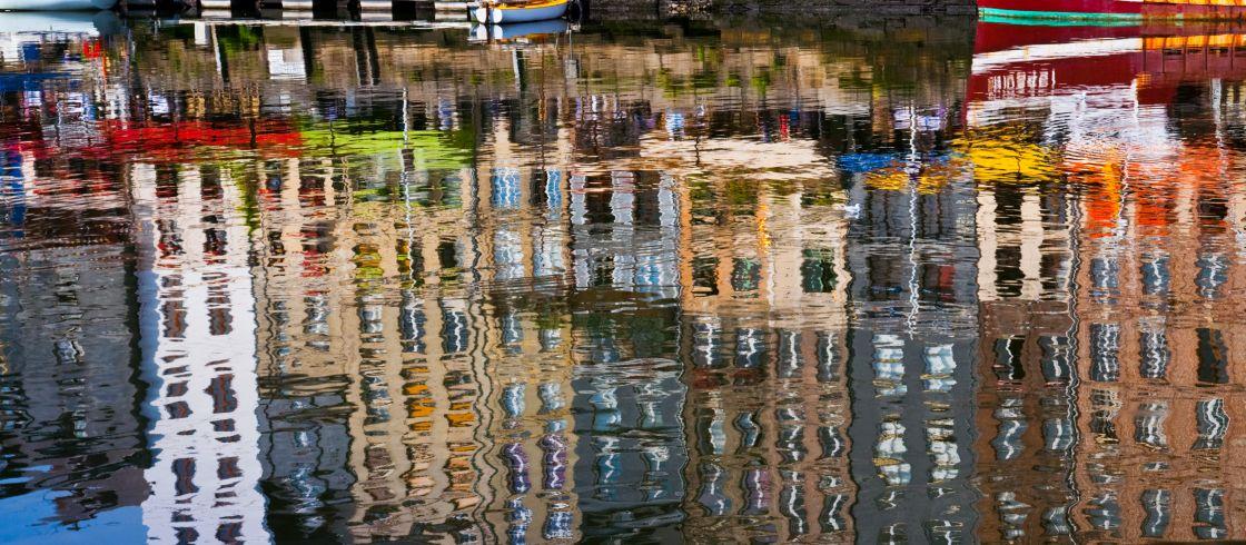 Normandie : 11 expériences pour marcher sur les pas des Impressionnistes Les_reflets_du_vieux_bassin_de_Honfleur__une_in__puisable_source_d_inspiration_pour_les_peintres_impressionnistes.___c_ak-fo