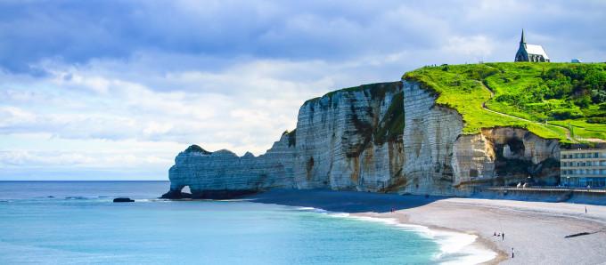 Normandie : 11 expériences pour marcher sur les pas des Impressionnistes Les_falaises_d_Etretat__c_StevanZZ_GettyImagesR