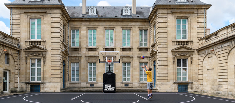 Exposition Playgroud-le design des sneakers, madd-Bordeaux©Alastair Philip Wiper-un terrain de basket-ball dans la cour d'honneur du musee-800