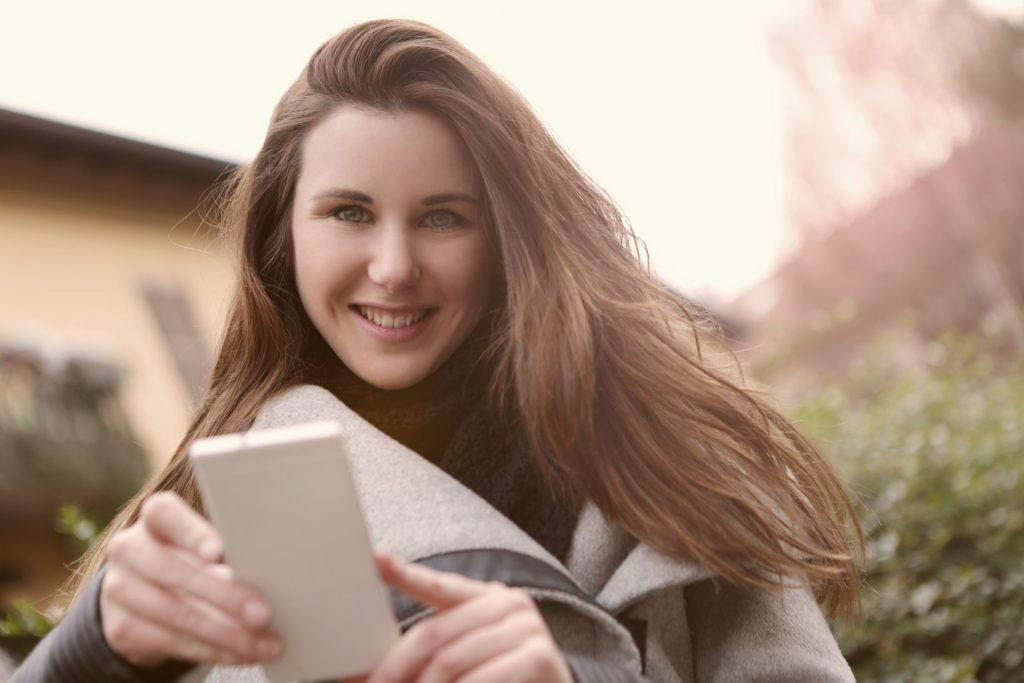 スマートフォンをもつ女性