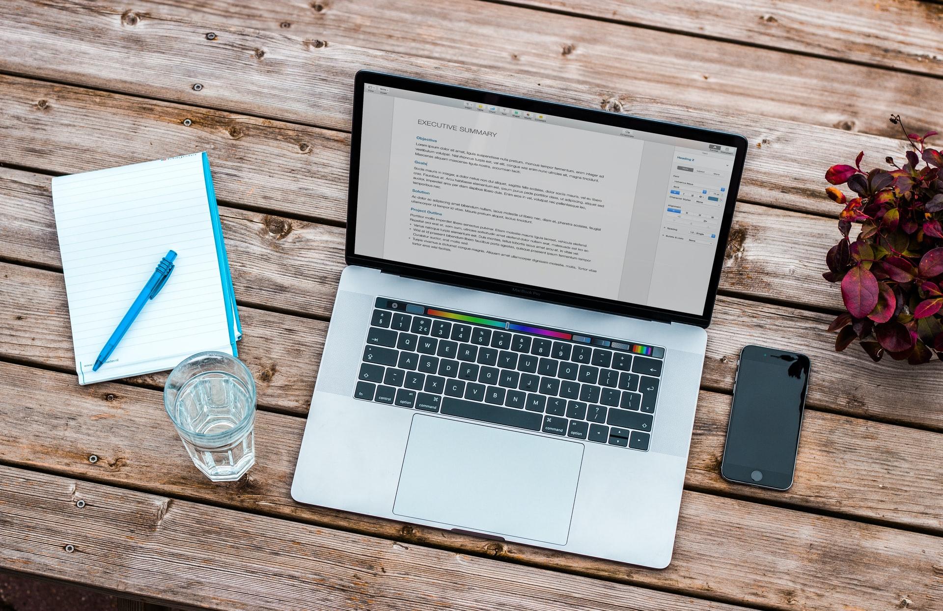 机に置かれたノートパソコンとノート