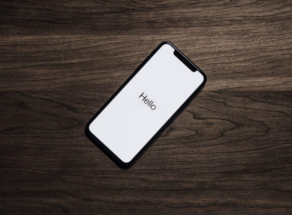 机の上に置いてあるスマートフォン