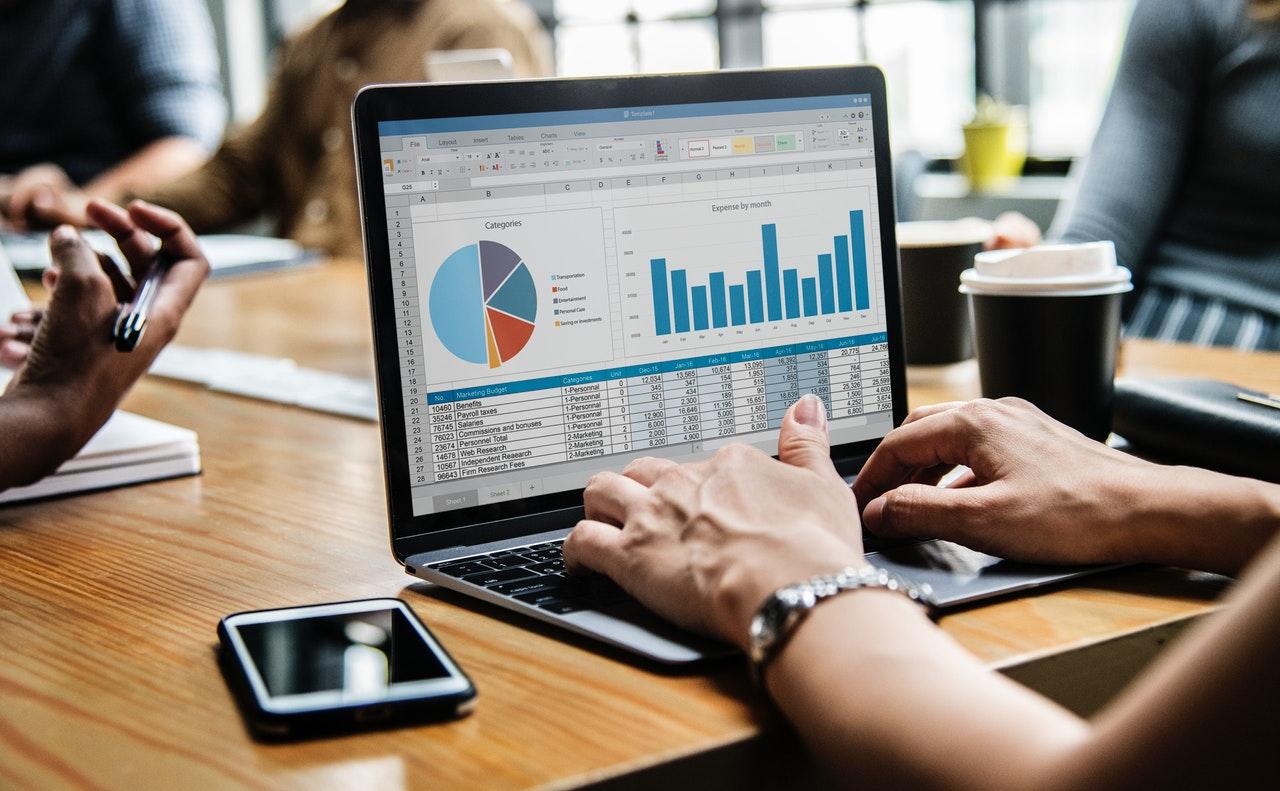 分析データが表示されたパソコン画面