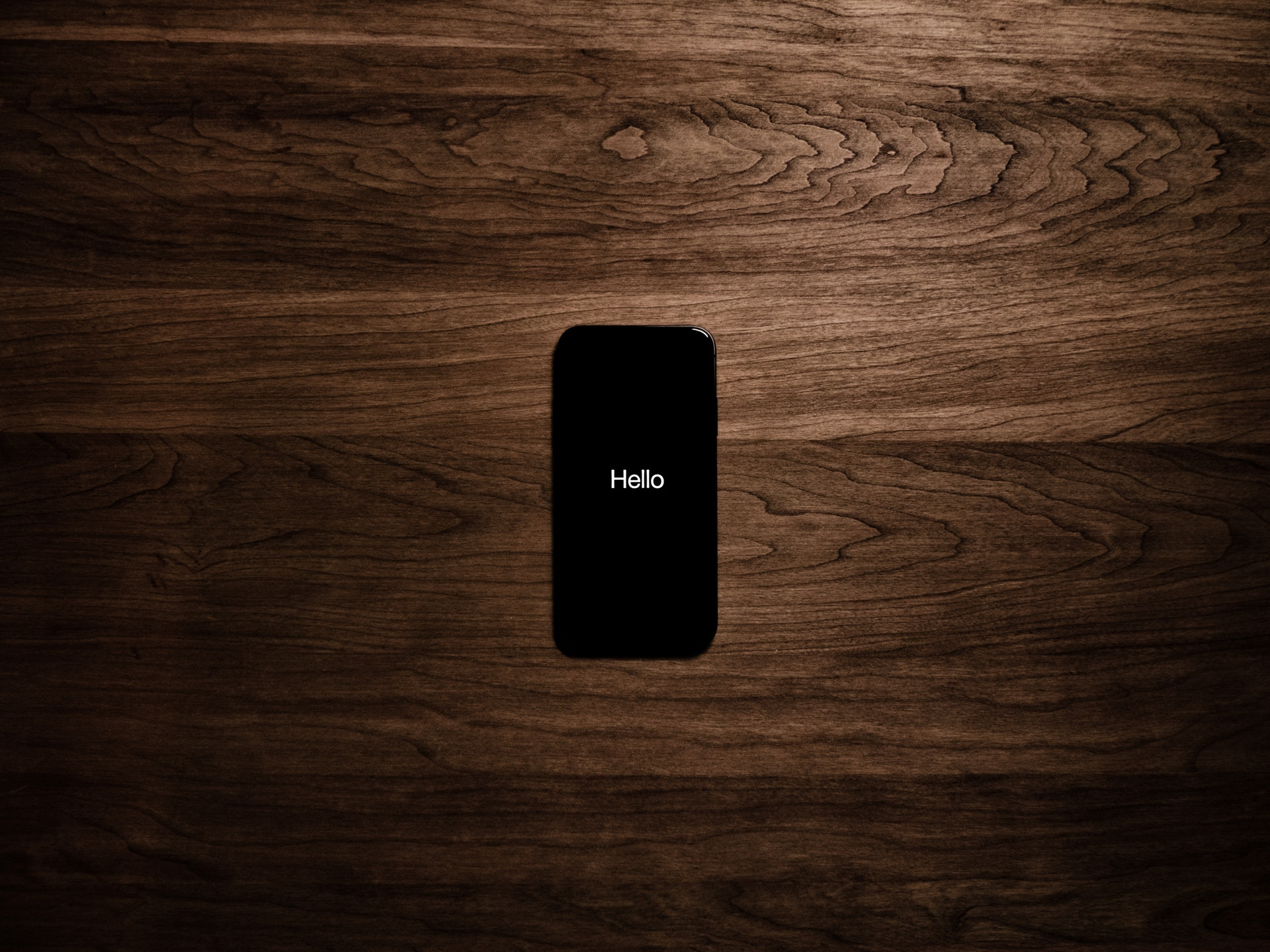 机の上に置かれたスマートフォン