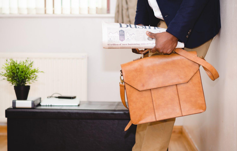 ビジネスバッグと新聞