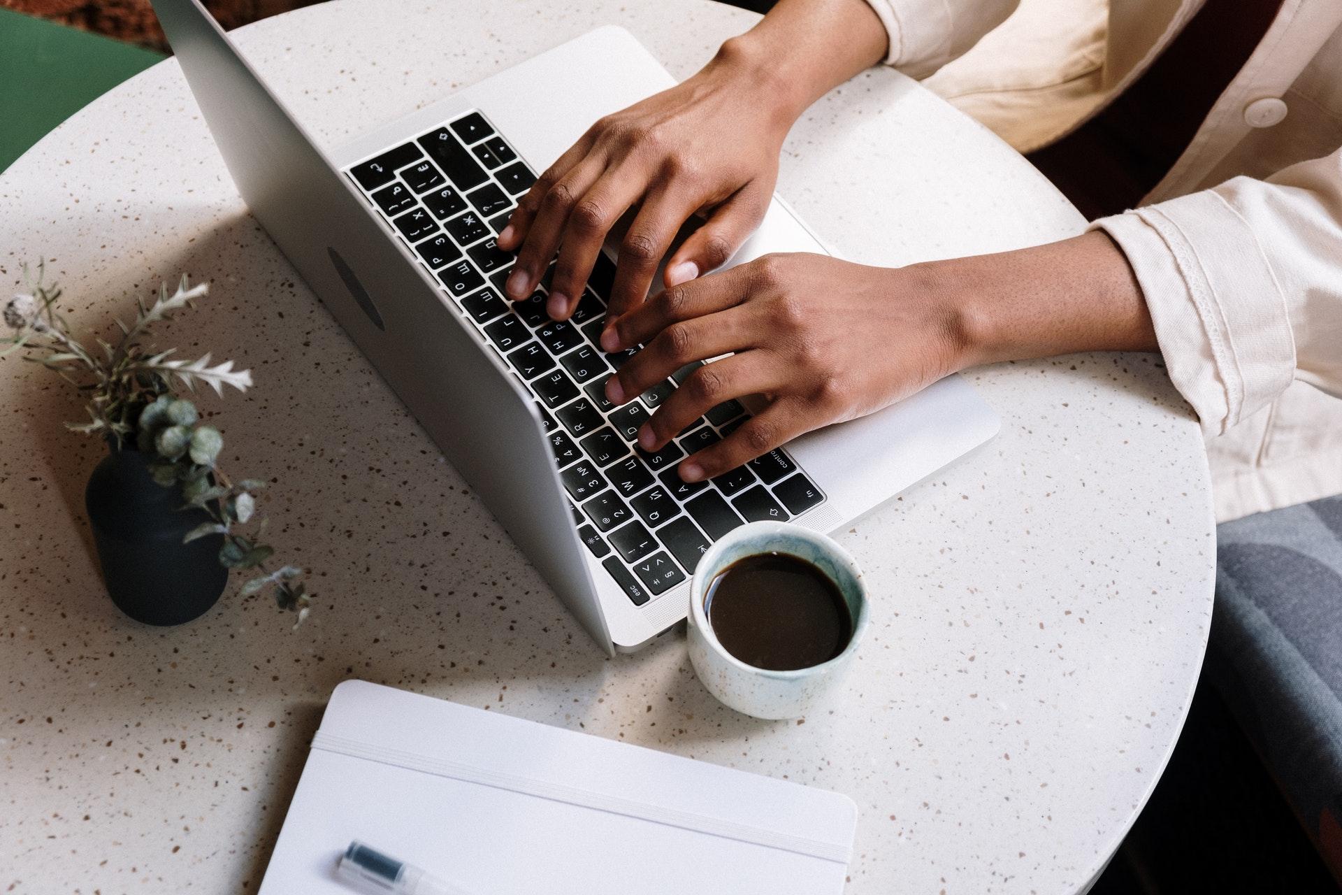 カフェでノートパソコンを操作する女性