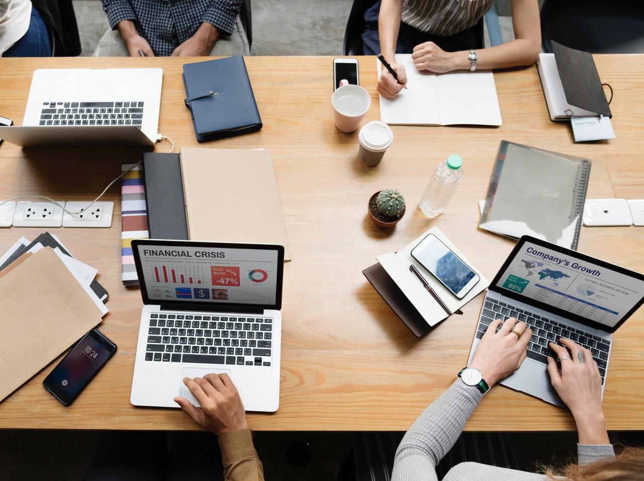 会議中の机