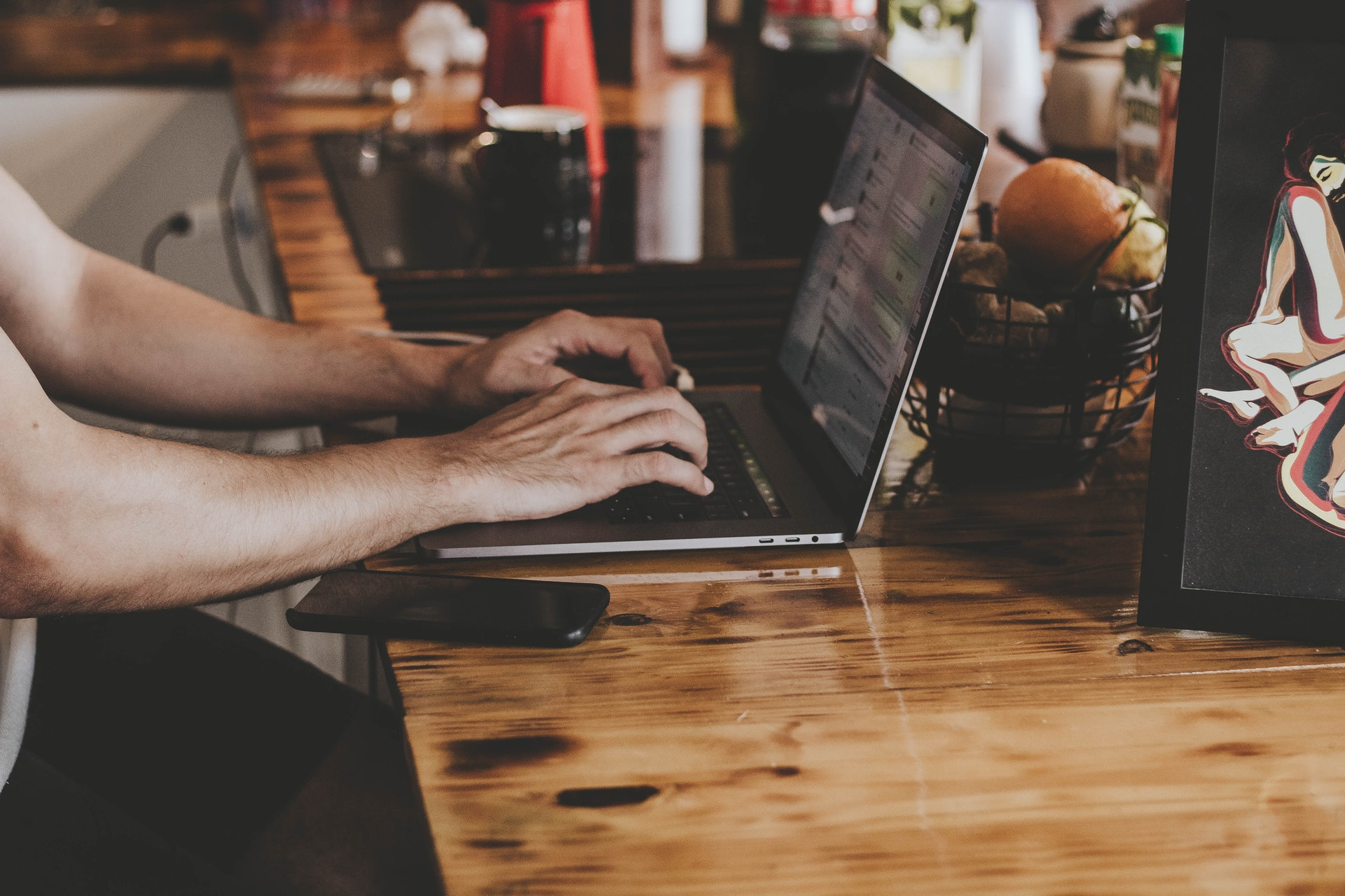 机でノートパソコンを触る男性